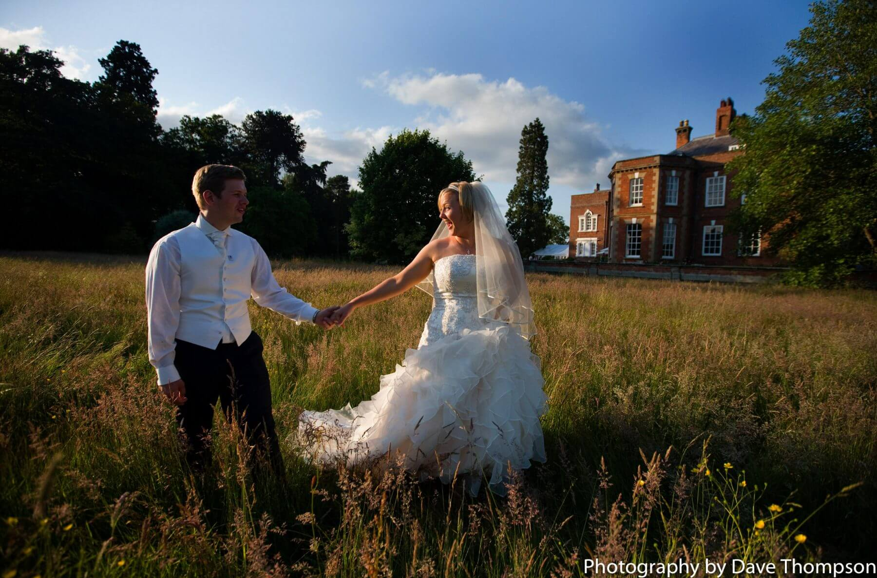 How to achieve natural wedding photography of the bride and goom