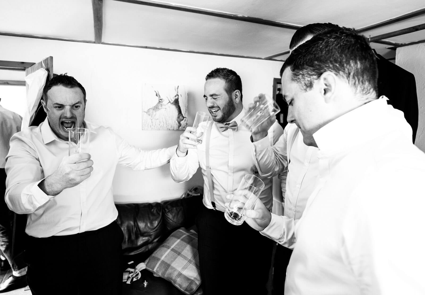 Natural wedding photos of groomsmen
